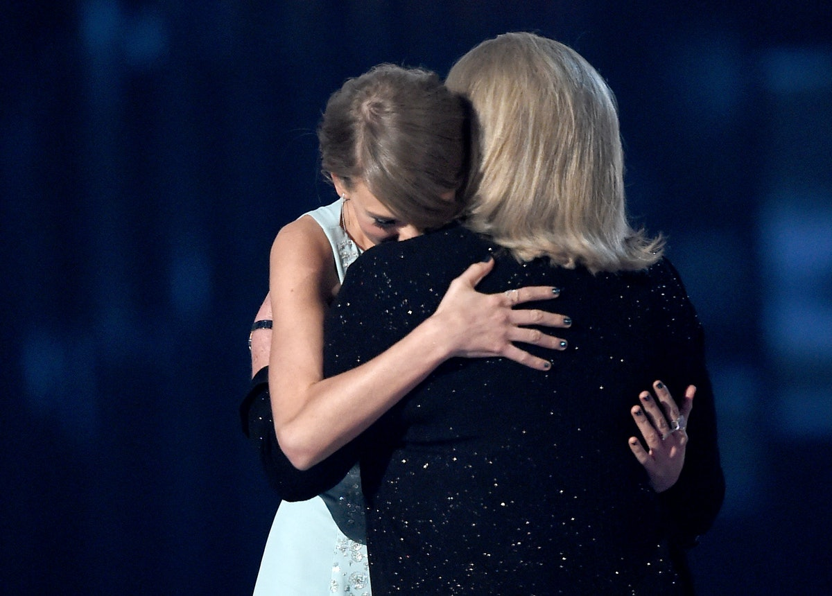 Taylor Swift hugs her mom, Andrea Swift, on-stage.
