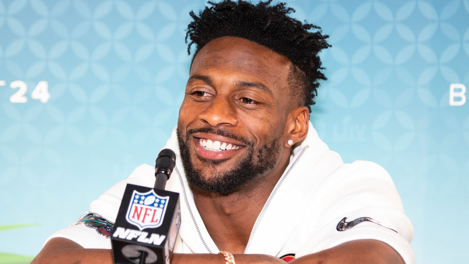 San Francisco 49'ers tight end, Emmanuel Sanders, is married to his wife of almost seven years, Gabriella Sanders.