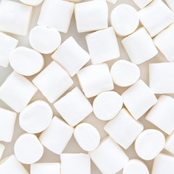 White marshmallows on a gray backdrop. A doctor explains that marshmallows are not a sore throat remedy.