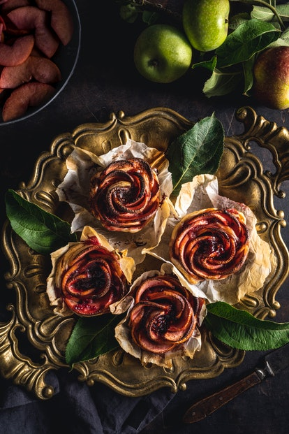 elegant thanksgiving dessert: thinly sliced apples rolled into roses