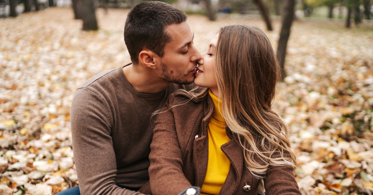 7 Best Kissing Positions That Maximize Your Makeout Session