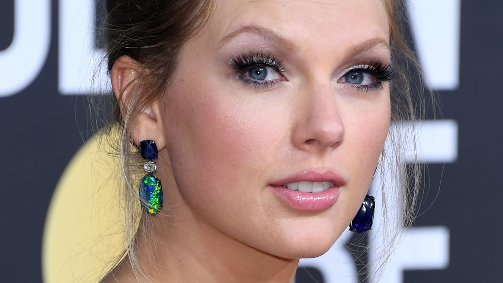 Taylor Swift attends the Golden Globe Awards.
