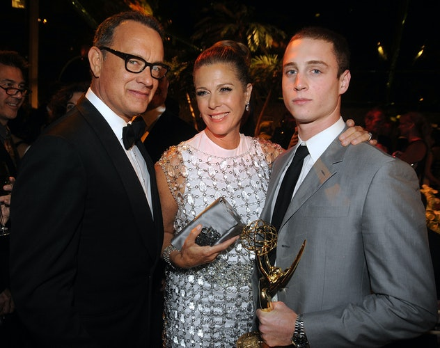 Tom Hanks let his son Chet hold his Oscar like a real prince.