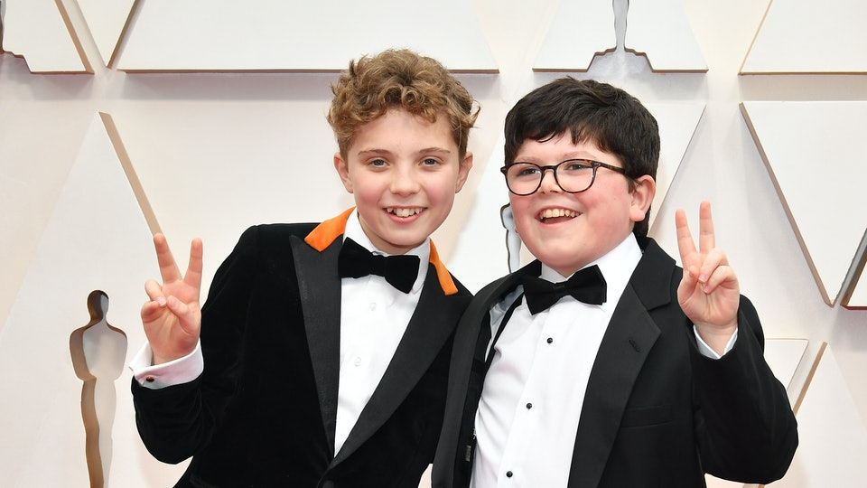 'Jojo Rabbit' stars Roman Griffin Davis and Archie Yates threw up peace signs and looked like best friends at the 2020 Oscars.