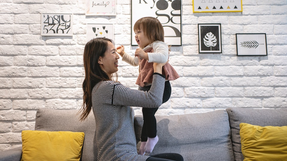 Experts say there is a right and a wrong way to pick up your toddler.