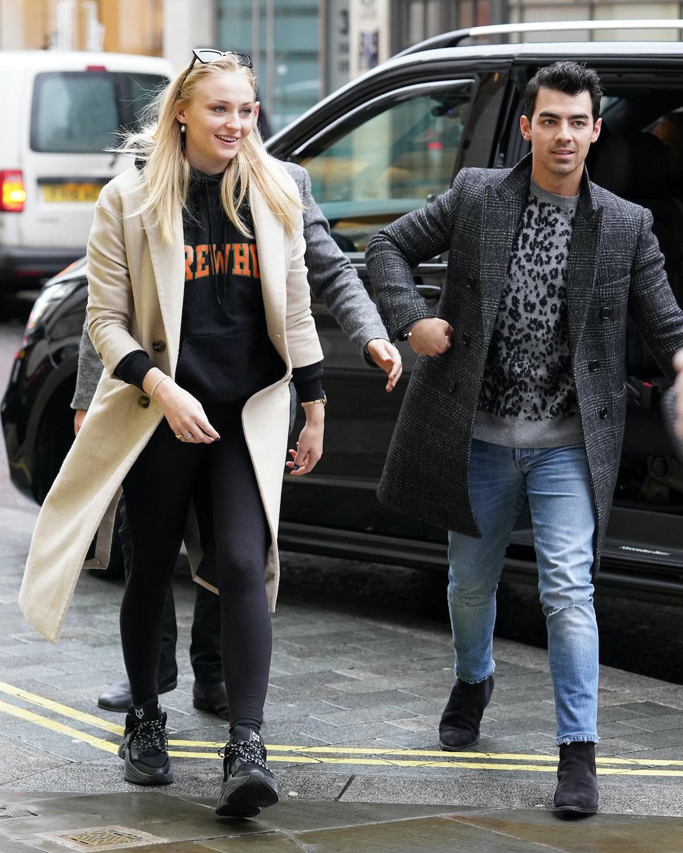 Sophie Turner did Joe Jonas' makeup and the photos are so good.