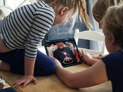 kids on phone app with grandfather