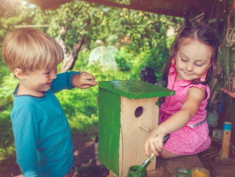 kids making a birdhouse