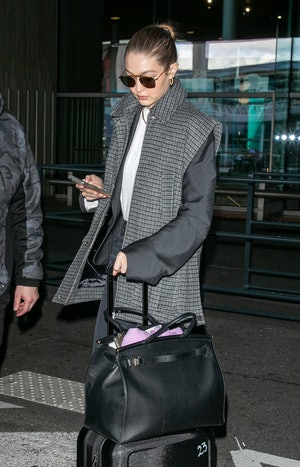 Gigi Hadid carrying oversize tote bag.