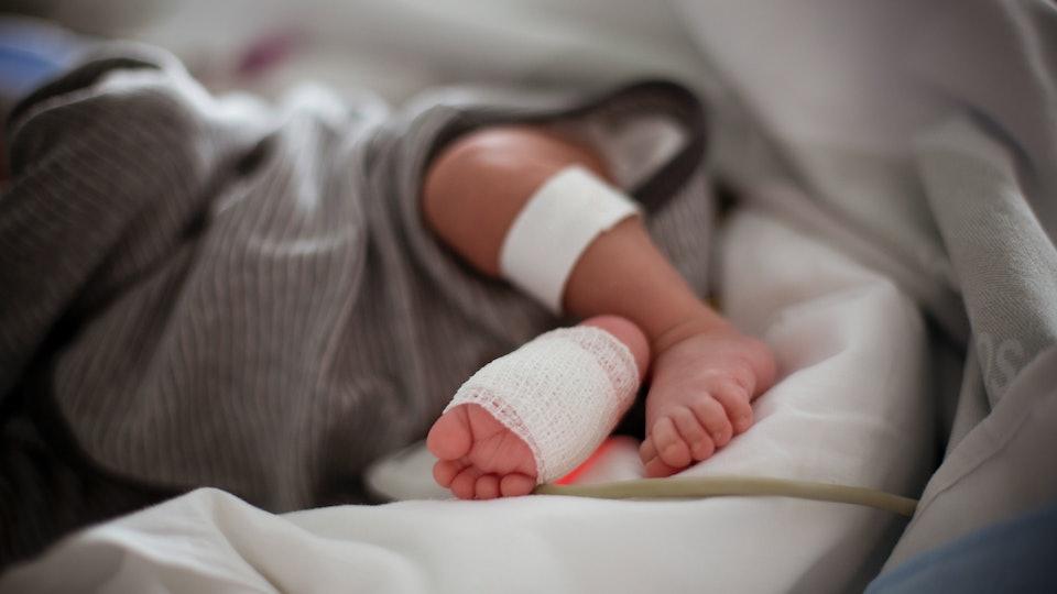 newborn feet hospital incubator