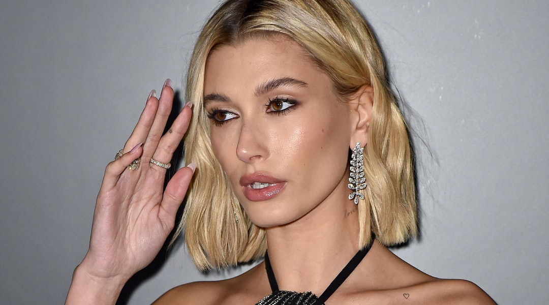 Hailey Bieber's most recent manicure took on the form of sweet daisy flowers.