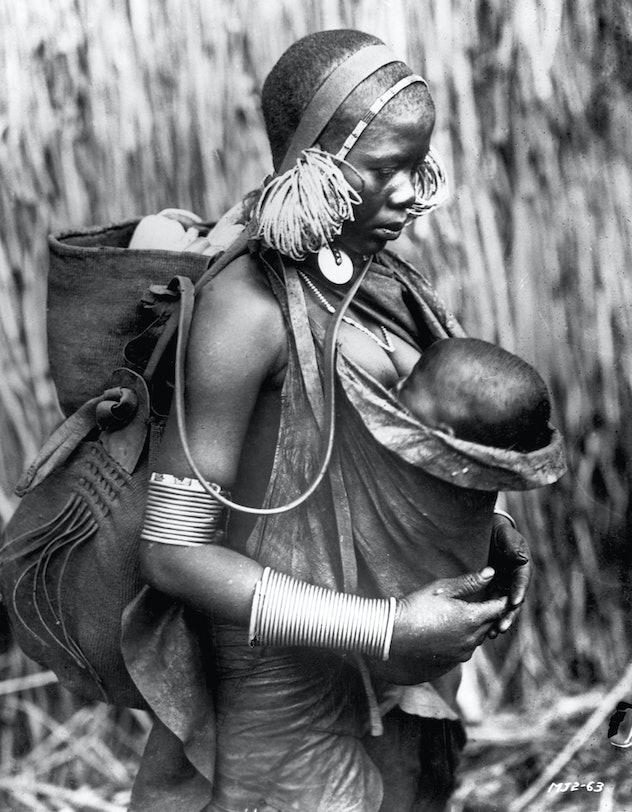 1923 photo of Kikuyu (a Bantu ethnic group in Kenya) mother and child.