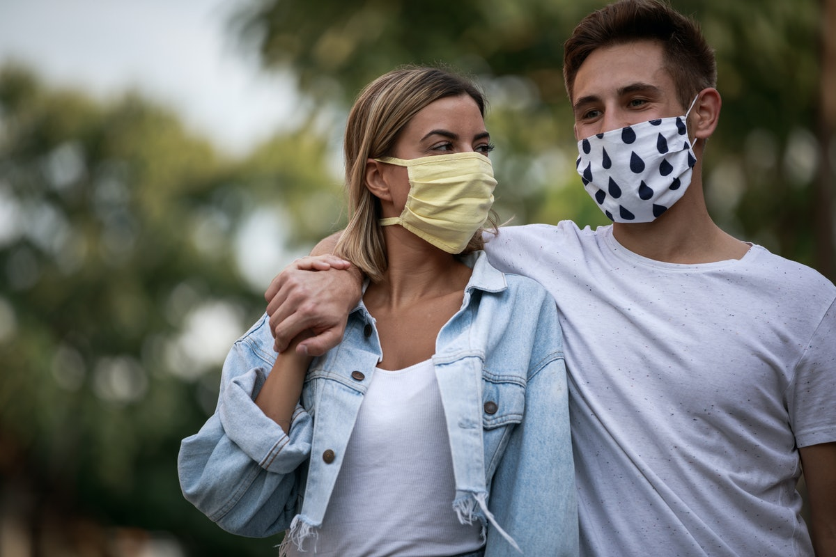 When it it OK to take off your mask while dating? Experts say it depends on your living situation.