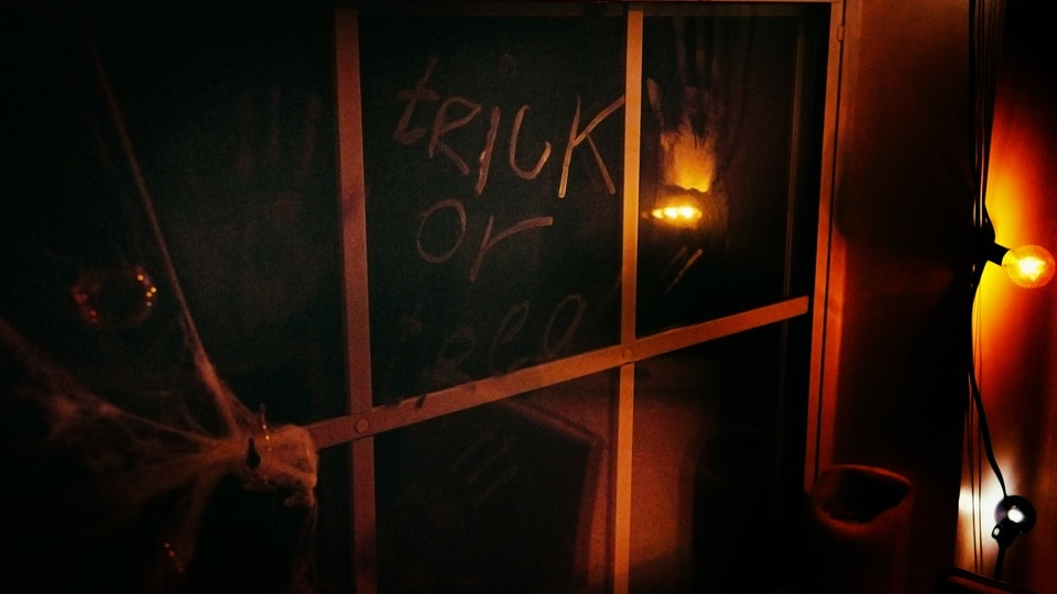 Doctors want you to know that going to an indoor haunted house this year may not be as safe as an outdoor venue.
