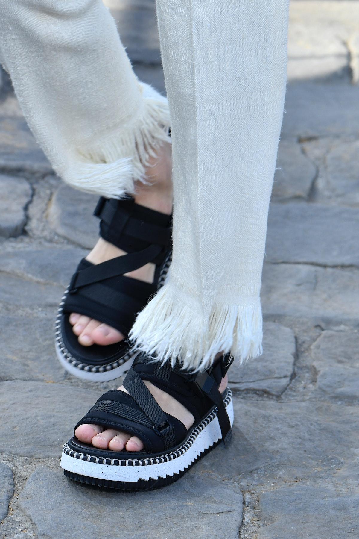 پاریس ، فرانسه - 30 سپتامبر: یک مدل در طول راه برای پوشیدن لباس آماده بهار/تابستان روی باند پیاده روی می کند ...