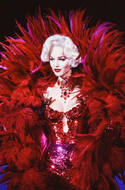 Eva Herzigova au défilé Thierry Mugler, Prêt-à-Porter, collection Automne-Hiver 1995-96 à Paris en m...