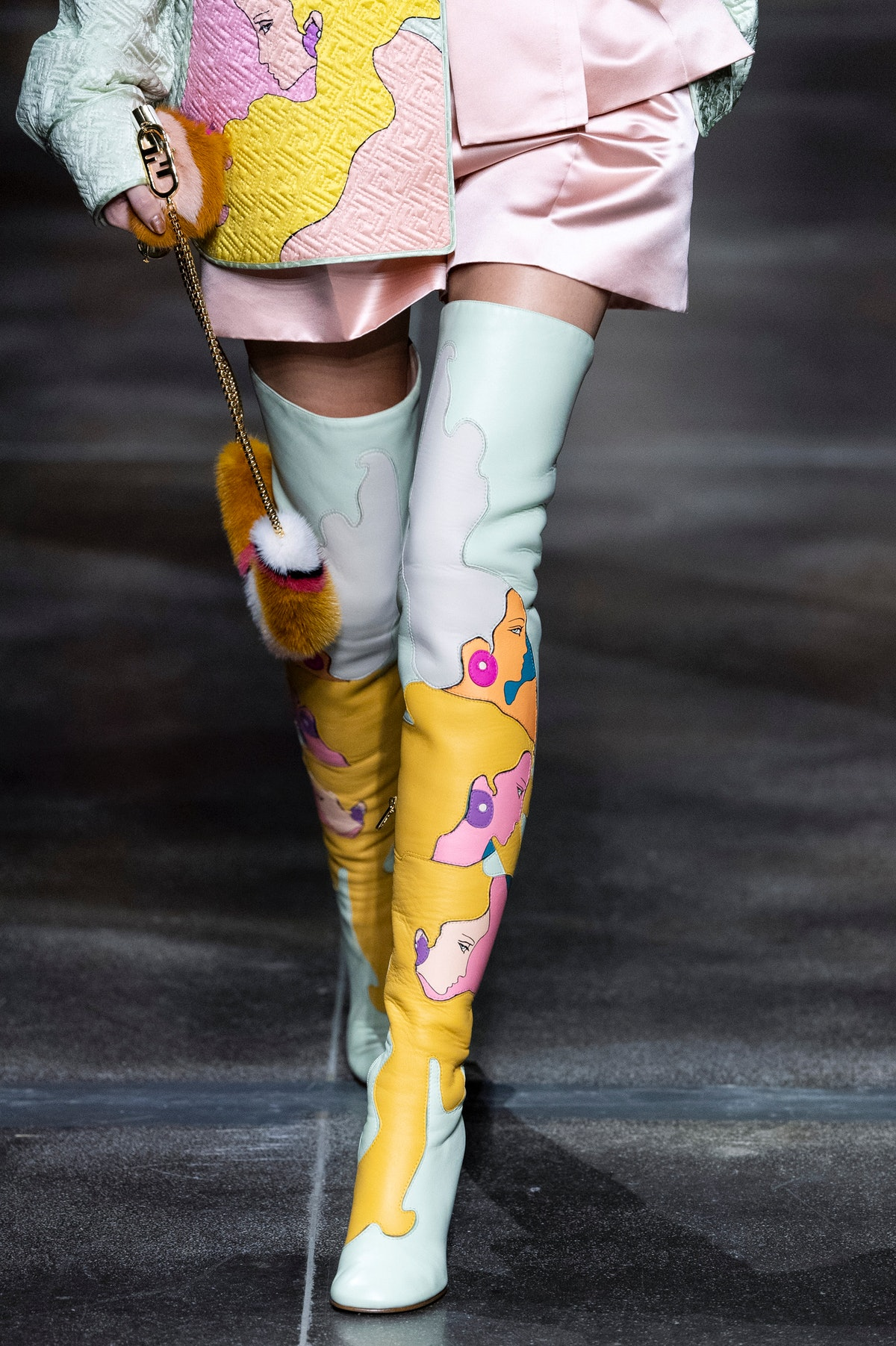 میلان ، ایتالیا - 22 سپتامبر: یک مدل در باند پیاده روی هنگام آماده شدن برای پوشیدن لباس های بهار/تابستان 2 Fendi قدم می زند ...