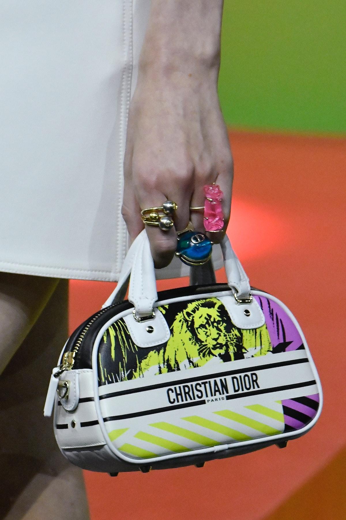 پاریس ، فرانسه - 28 سپتامبر: یک مدل در طول راهپیمایی دیور آماده استفاده از Dior Ready to Summer/Summer 2 می شود ...