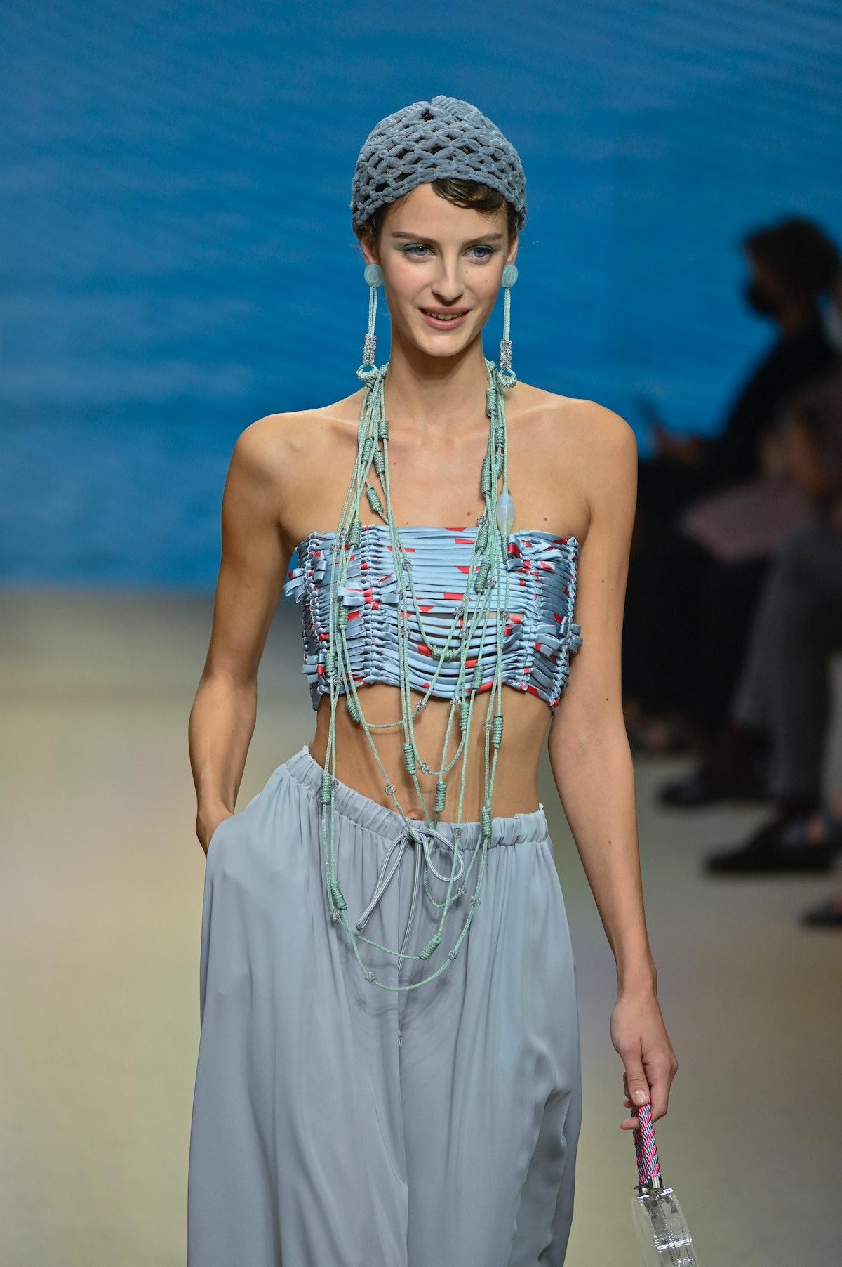 میلان ، ایتالیا - 25 سپتامبر: یک مدل در چهارمین روز در نمایش مد آرمانی روی catwalk می رود ...