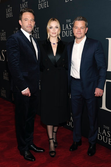 NEW YORK, NEW YORK - OCTOBER 09: (L-R) Ben Affleck, Jodie Comer, and Matt Damon attend The Last Duel...