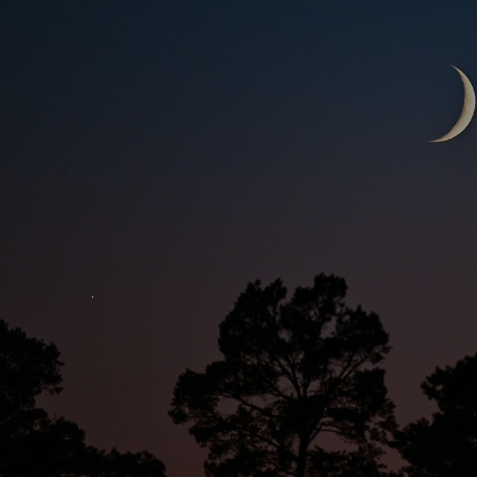 09 October 2021, Brandenburg, Grünheide: The crescent of the waxing moon can be seen together with V...