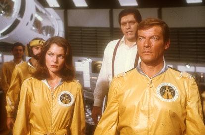 """Roger Moore (r.), Lois Chiles, Richard Kiel, bei den Dreharbeiten zum """"James-Bond""""-Film """"Moonraker"""",..."""