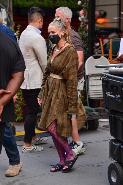 Carrie Bradshaw outfit: earth-tone dress and colorful tights