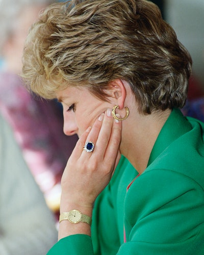 Princess Diana wearing her diamond and sapphire engagement ring.