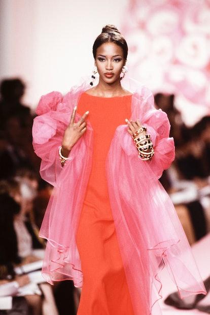 Naomi Campbell au défilé Valentino, Haute Couture, collection Automne-Hiver 1991-92 à Paris en juill...