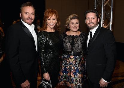 PHOENIX, AZ - MARCH 28:  (L-R) TV Producer Narvel Blackstock, singers Reba McEntire, Kelly Clarkson ...