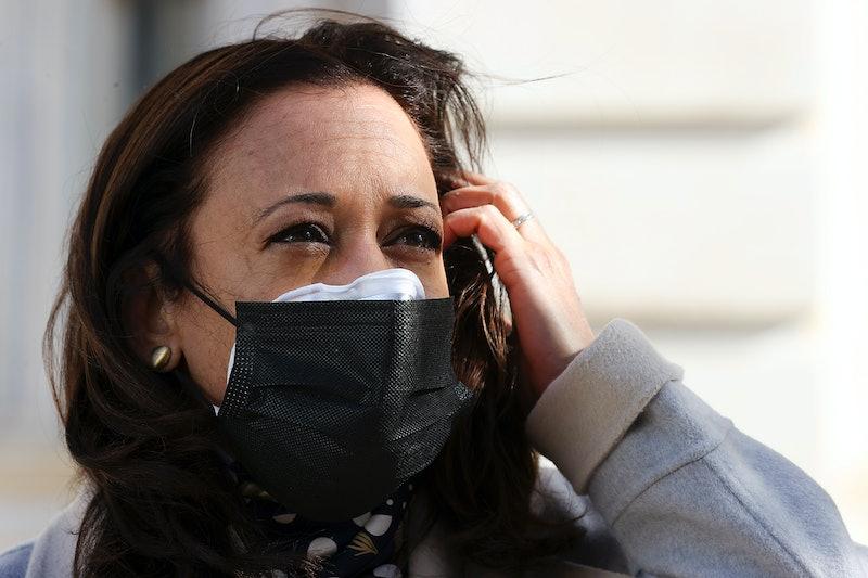 Kamala Harris wears a double face mask.