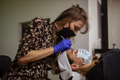 woman getting her eyebrows microbladed