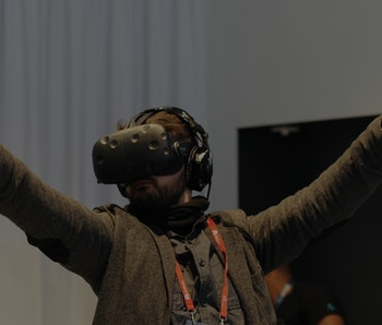 A visitor tests the Vive virtual reality glasses by HTC at the Mobile World Congress in Barcelona, Spain, 24 February 2016. Photo: Andrej Sokolow/dpa | usage worldwide   (Photo by Andrej Sokolow/picture alliance via Getty Images)