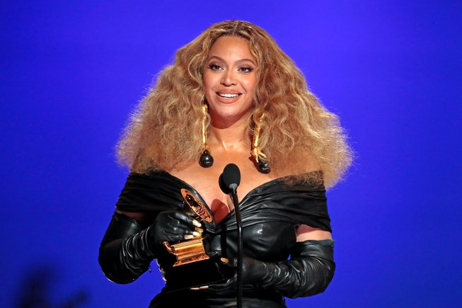 Los Angeles, CA, Sunday, March 14, 2021 - Beyonce makes History with the Best E&B Performance winning 28 Grammys, more that any female or male performer, accepts the award for Best R&B Performance at the 63rd Grammy Award outside Staples Center. (Robert Gauthier/Los Angeles Times via Getty Images)Los Angeles, CA, Sunday, March 14, 2021 - Beyonce makes History with the Best E&B Performance winning 28 Grammys, more that any female or male performer, accepts the award for Best R&B Performance at the 63rd Grammy Award outside Staples Center. (Robert Gauthier/Los Angeles Times via Getty Images)