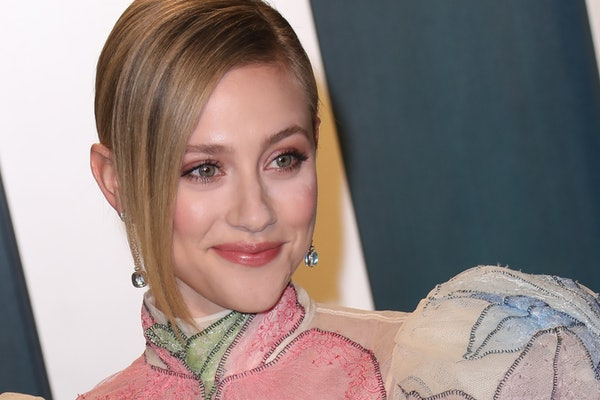 BEVERLY HILLS, CALIFORNIA - FEBRUARY 09: Lili Reinhart attends the 2020 Vanity Fair Oscar Party at Wallis Annenberg Center for the Performing Arts on February 09, 2020 in Beverly Hills, California. (Photo by Toni Anne Barson/WireImage)