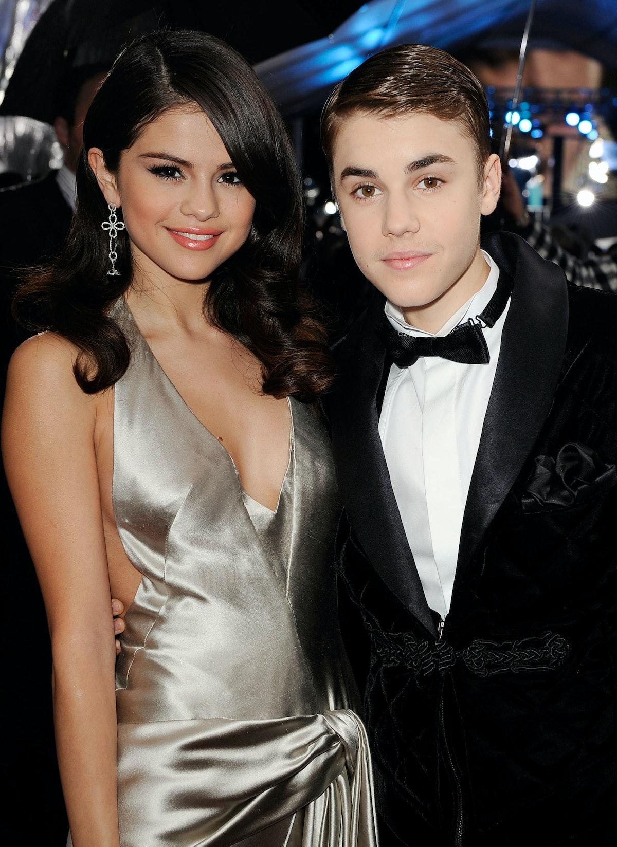 LOS ANGELES, CA - NOVEMBER 20:  Singers Selena Gomez and Justin Bieber arrive at the 2011 American M...