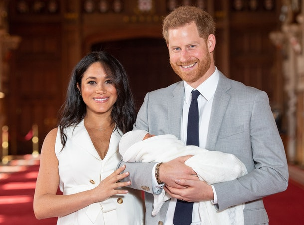 TOPSHOT - Britain's Prince Harry, Duke of Sussex (R), and his wife Meghan, Duchess of Sussex, pose for a photo with their newborn baby son, Archie Harrison Mountbatten-Windsor, in St George's Hall at Windsor Castle in Windsor, west of London on May 8, 2019. (Photo by Dominic Lipinski / POOL / AFP)        (Photo credit should read DOMINIC LIPINSKI/AFP via Getty Images)