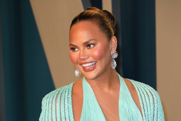 BEVERLY HILLS, CALIFORNIA - FEBRUARY 09: Chrissy Teigen attends the 2020 Vanity Fair Oscar Party at Wallis Annenberg Center for the Performing Arts on February 09, 2020 in Beverly Hills, California. (Photo by Toni Anne Barson/WireImage)