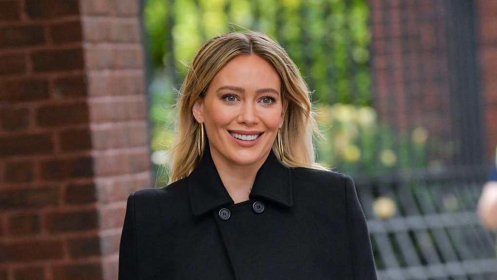 NEW YORK, NY - NOVEMBER 11:  Hilary Duff seen on the set of 'Younger' in Midtown on November 11, 2020 in New York City.  (Photo by James Devaney/GC Images)
