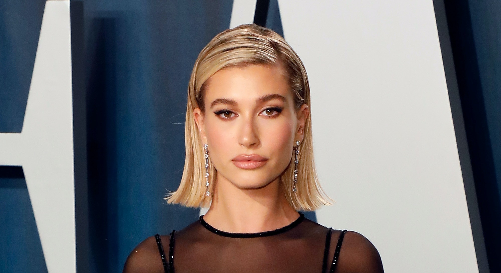 BEVERLY HILLS, CALIFORNIA - FEBRUARY 09: Hailey Bieber attends the Vanity Fair Oscar Party at Wallis Annenberg Center for the Performing Arts on February 09, 2020 in Beverly Hills, California. (Photo by Taylor Hill/FilmMagic,)