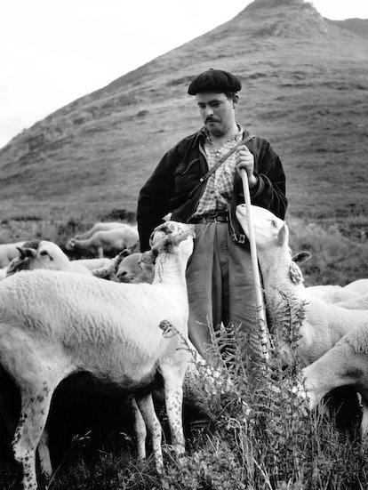 Berger avec son troupeau dans les Pyrénées , en France. (Photo by MOPY/Gamma-Rapho via Getty Images)