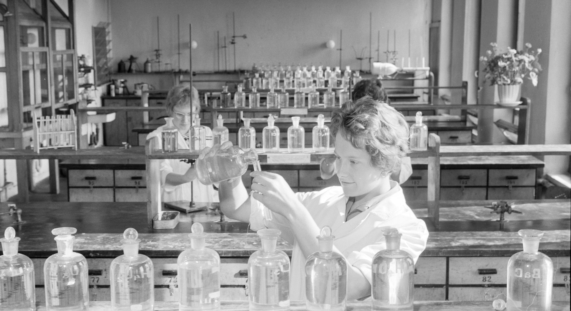 Female students in a laboratory of the Chemistry Department of the University of Helsinki 1960. (Photo by: Geography Photos/Universal Images Group via Getty Images)