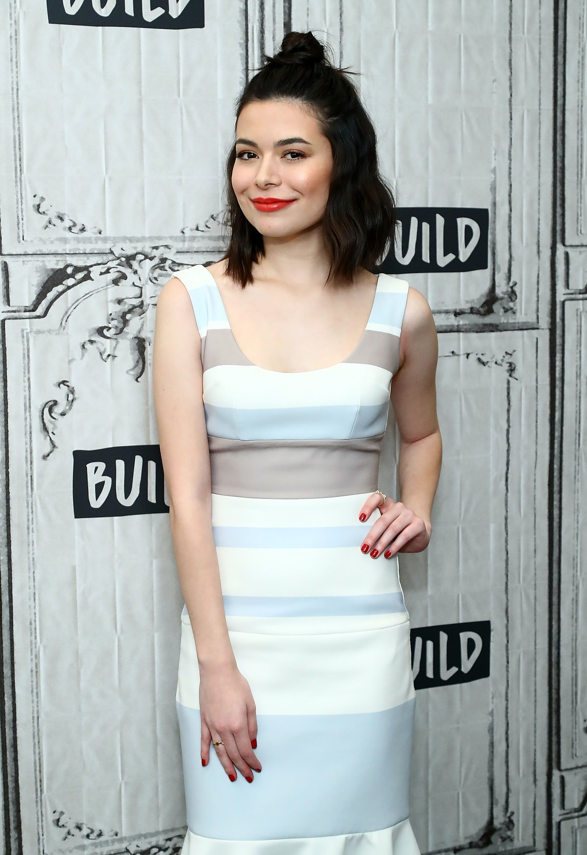 """NEW YORK, NY - DECEMBER 07:  Actress  Miranda Cosgrove discusses """"Despicable Me 3"""" at Build studio on December 7, 2017 in New York City.  (Photo by Astrid Stawiarz/Getty Images)"""