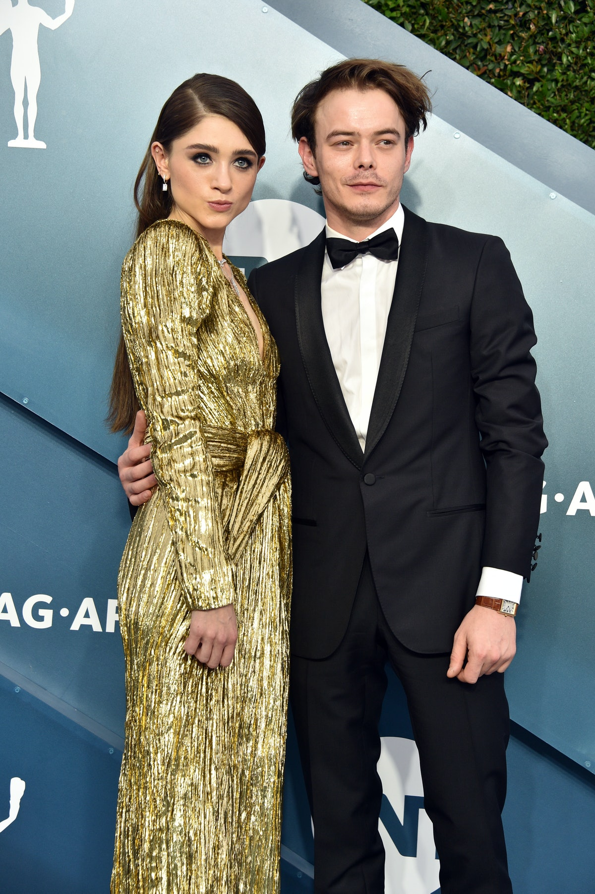 LOS ANGELES, CALIFORNIA - JANUARY 19: (L-R) Natalia Dyer and Charlie Heaton attend the 26th Annual S...