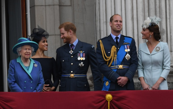 LONDON, UNITED KINGDOM - JULY 1O: Queen Elizabeth ll, Meghan, Duchess of Sussex, Prince Harry, Duke of Sussex, Prince William, Duke of Cambridge and Catherine, Duchess of Cambridge stand on the balcony of Buckingham Palace to view a flypast to mark the centenary of the Royal Air Force (RAF) on July 10, 2018 in London, England.  (Photo by Anwar Hussein/Getty Images)