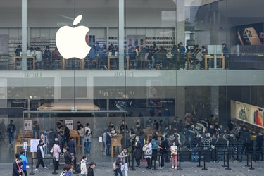CHENGDU, CHINA - NOVEMBER 17: Customers line up to enter an Apple flagship store at Sino-Ocean Taikoo Li mixed-use development on November 17, 2020 in Chengdu, Sichuan Province of China. (Photo by Xie Li/VCG via Getty Images)