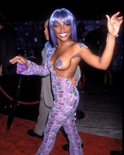 UNITED STATES - AUGUST 14:  Lil' Kim arriving at the 1999 MTV Video Music Awards in New York City  (Photo by Vinnie Zuffante/Getty Images)