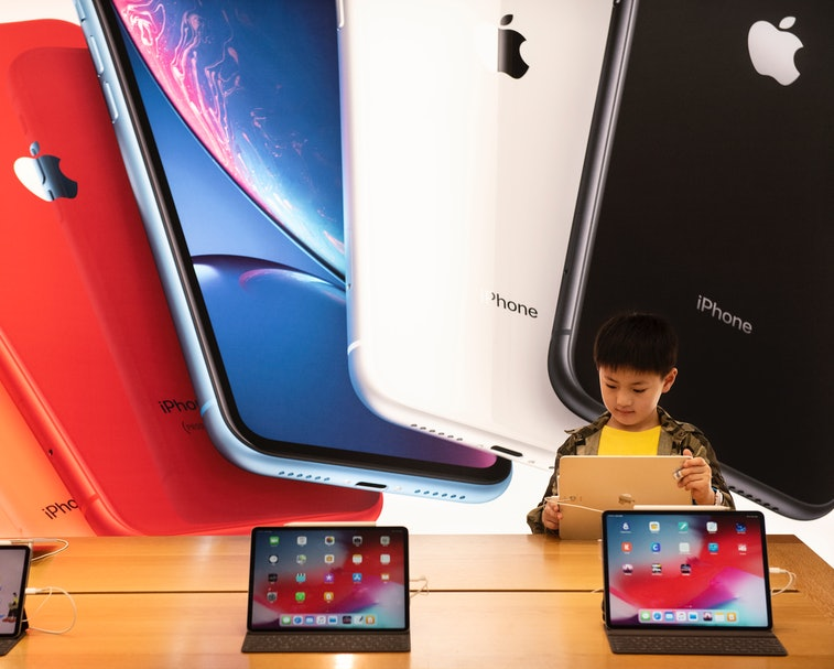 HONG KONG, CHINA - 2019/05/11: A child seen with a ipad at an American multinational technology company Apple store and logo in Hong Kong. (Photo by Miguel Candela/SOPA Images/LightRocket via Getty Images)