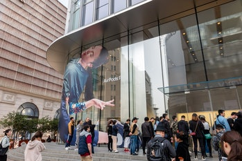 Citizens wait outside the entrance of an Apple store on East Nanjing Road to purchase AirPods Pro on October 30, 2019 in Shanghai, China. Apple's new AirPods Pro with active noise cancellation are on sale on October 30 in China. (Photo by Wang Gang/VCG via Getty Images)