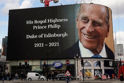 TOPSHOT - The electronic billboard at Piccadilly Circus displays a tribute to Britain's Prince Philip, Duke of Edinburgh in central London on April 9, 2021 after the announcement of the duke's death. - Queen Elizabeth II's husband Prince Philip, who recently spent more than a month in hospital and underwent a heart procedure, died on April 9, 2021, Buckingham Palace announced. He was 99. (Photo by Niklas HALLE'N / AFP) (Photo by NIKLAS HALLE'N/AFP via Getty Images)